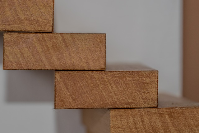 dřevěné stupně schodů