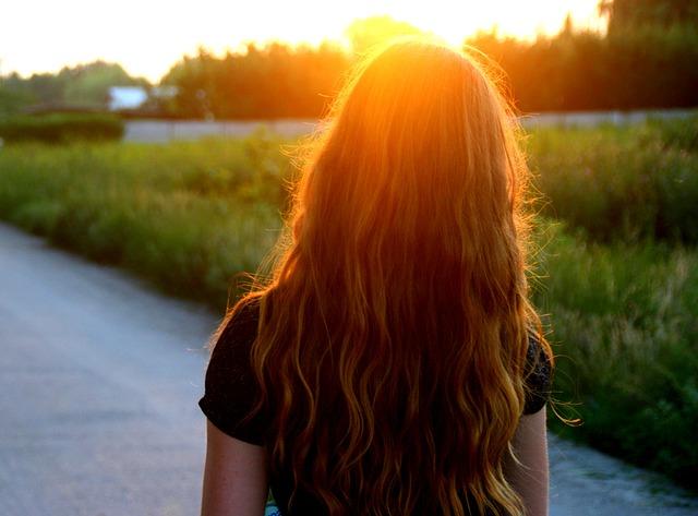 západ slunce za dívkou