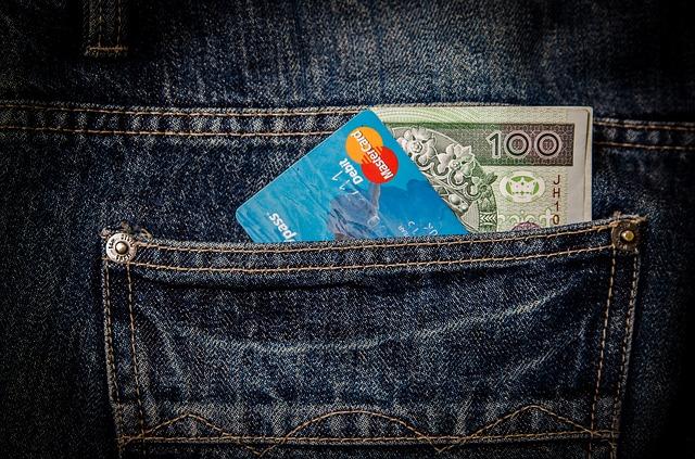 peníze a karta v kapse