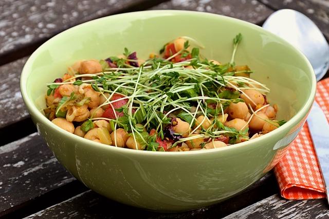 miska s naklíčenými semínky